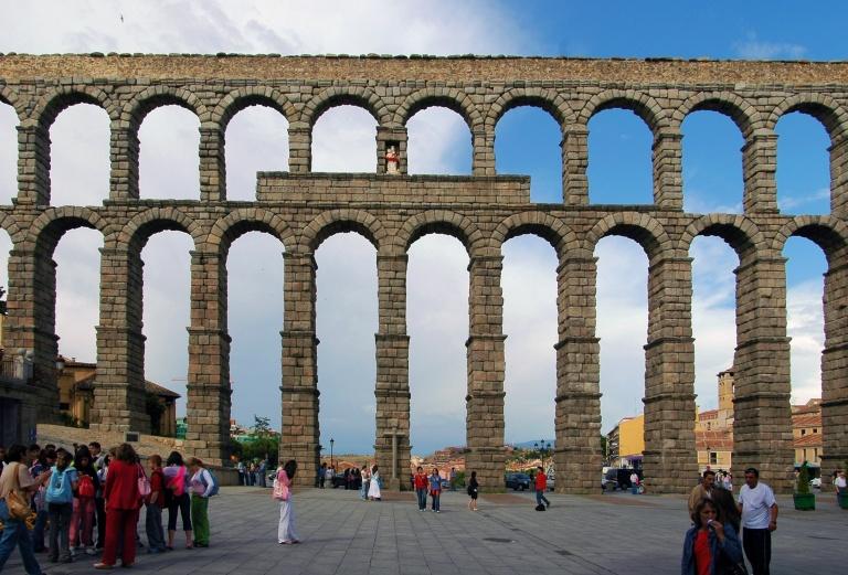 Segovia_Aqueduct_Frontal_Distant_1960_DxO